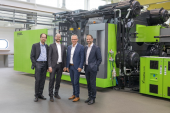(vlnr): Norbert Müller (hoofd Engel Technology Centre for Lightweight Composites),  Michael Emonts (directeur Aachen Center for Integrative Lightweight Production ), Rolf Saß (manager Engel Deutschland) en Christoph Steger (verkoopbaas Engel Holding)