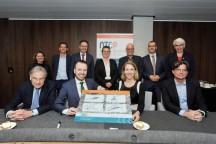 Staatssecretaris Van Veldhoven te midden van alle betrokkenen bij de aankondiging van het Nationaal Testcentrum Circulaire Plastics in Heerenveen